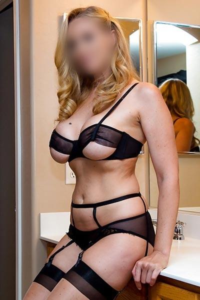 Blonde escort Bea met mooie borsten
